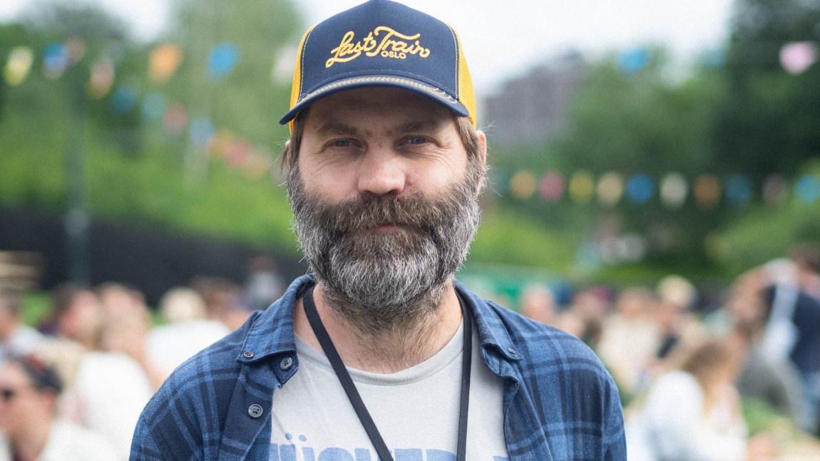 PR-sjef i Øyafestivalen, Jonas Prangerød, står på festivalområdet.
