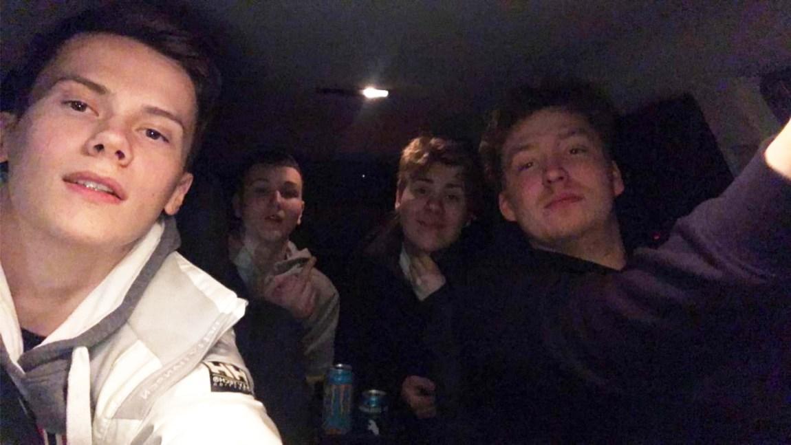 Her har vi en mørk og pikselert selfie, tydelig tatt fra innsiden på en bil. I bildet sitter fire unge gutter og stirrer smilende inn i kamera. Best beskrevet som guttastemning på rånetur.
