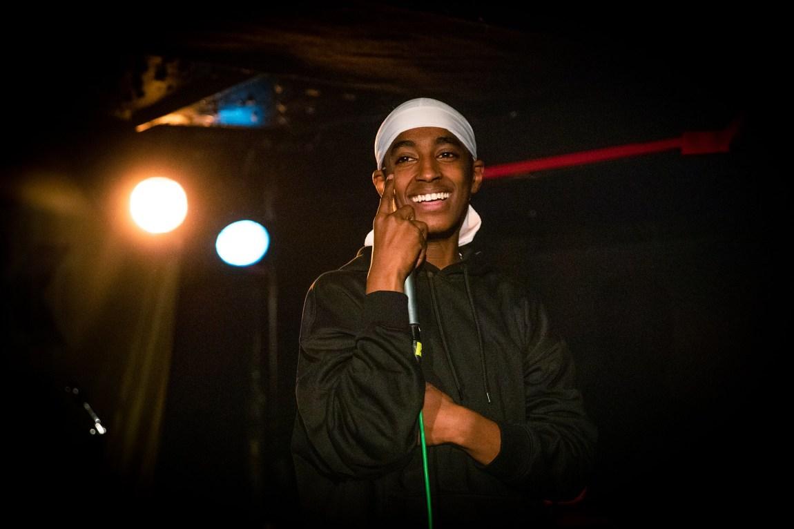 Et bilde av Rambow på scenen. Han smiler bredt.