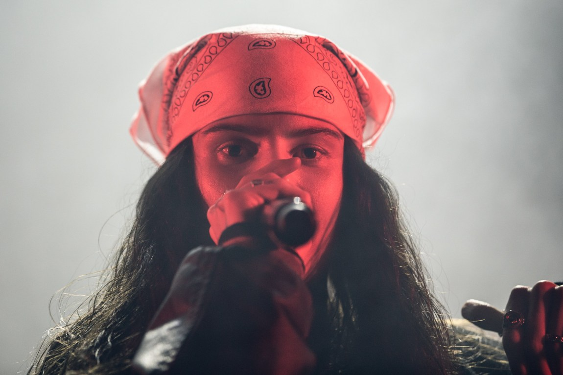 Et bilde av Ash Olsen på scenen