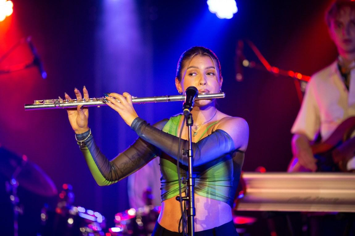 Et bilde av Isabelle Eberdean som spiller fløyte