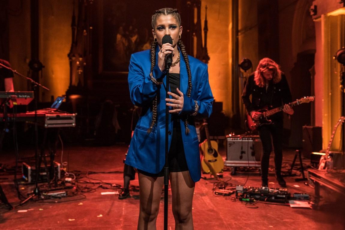 Et bilde av artisten Victoria Nadine på scenen