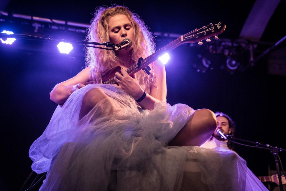 Et bilde av artisten Døssi på scenen