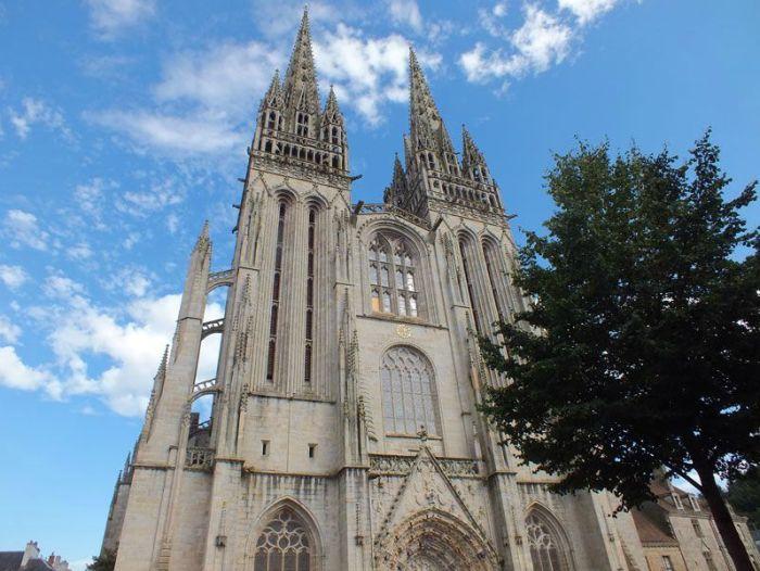 quimper-centre-ville-place-au-beurre-creperie-keltia-musique-cecile-corbel-harpe-marin-lhopiteau-faience-cathedrale-parc-retraite (19)