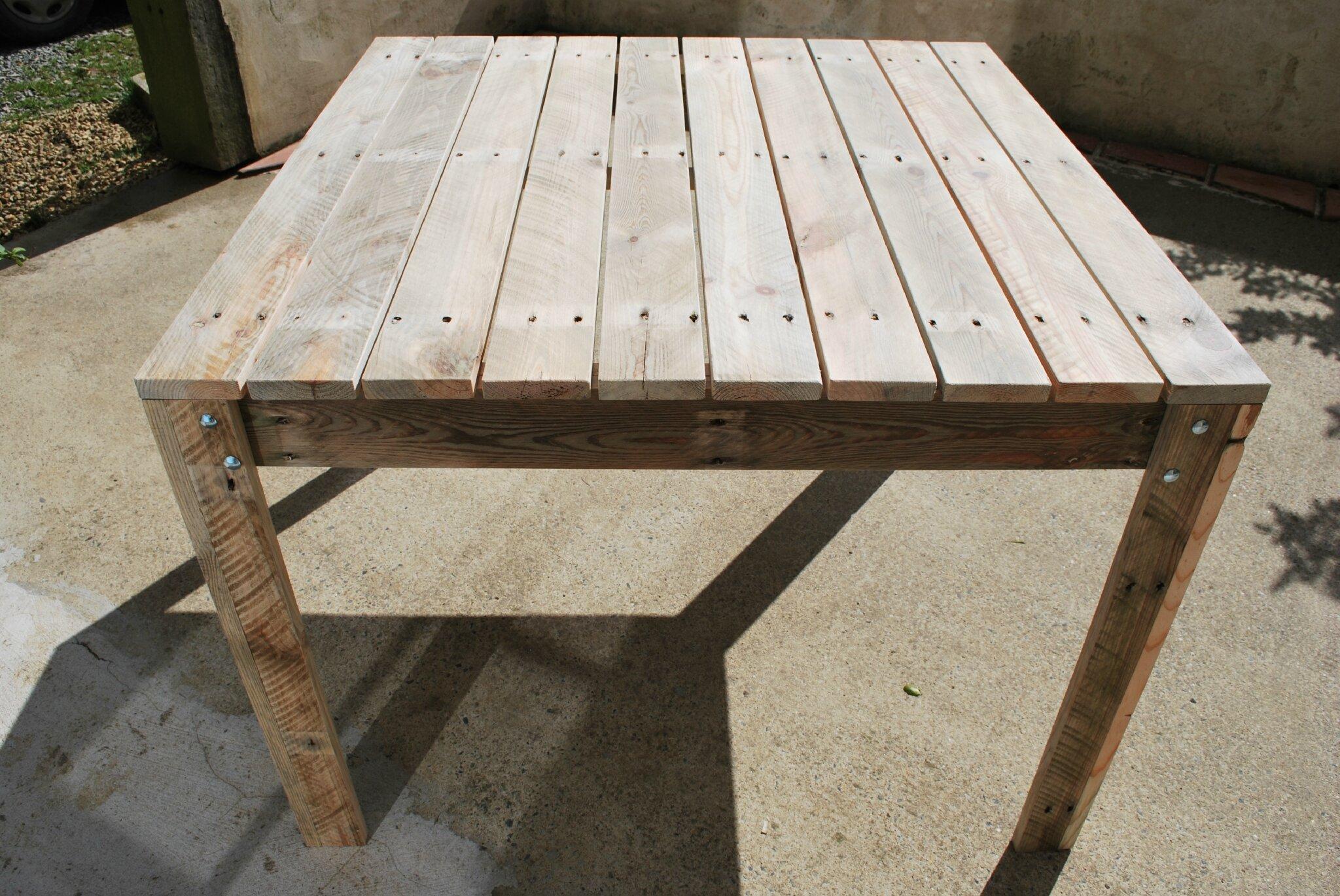 table de jardin en palette au bout du