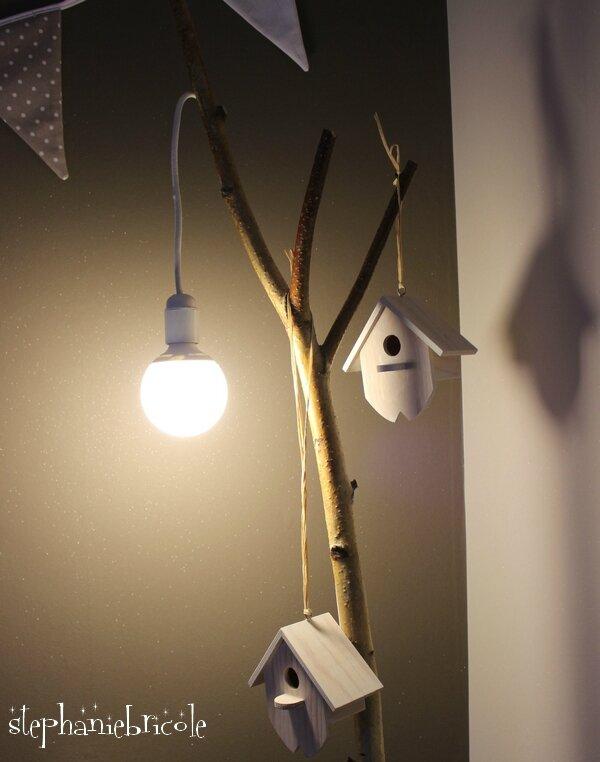 une barre a rideau avec une branche