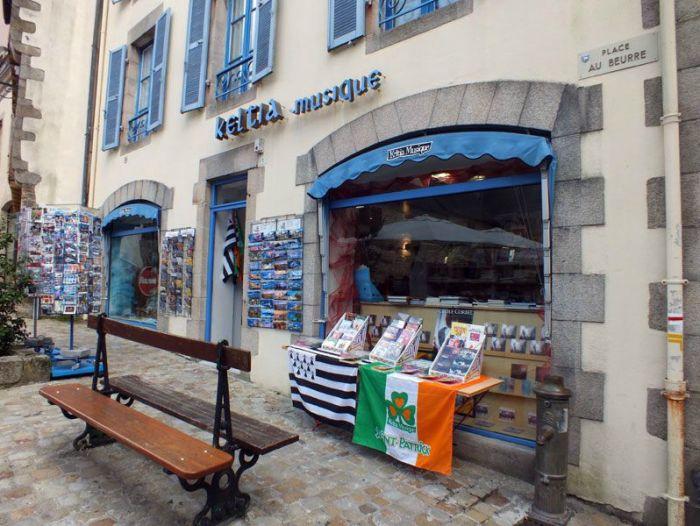 quimper-centre-ville-place-au-beurre-creperie-keltia-musique-cecile-corbel-harpe-marin-lhopiteau-faience-cathedrale-parc-retraite (8)