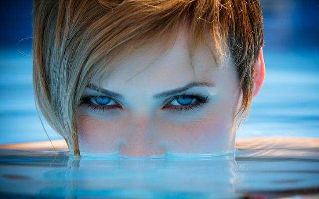 wajah wanita, potret, wanita, mata biru, pirang, air, wajah, rambut pendek, melihat penonton, pucat, sinar matahari, Wallpaper HD