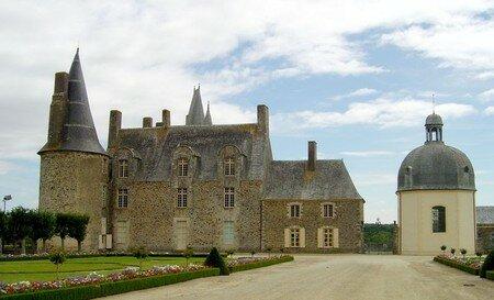 800px_Castle_Rochers_Sevigne1
