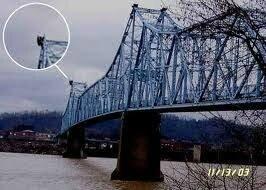 Mothman sur un pont