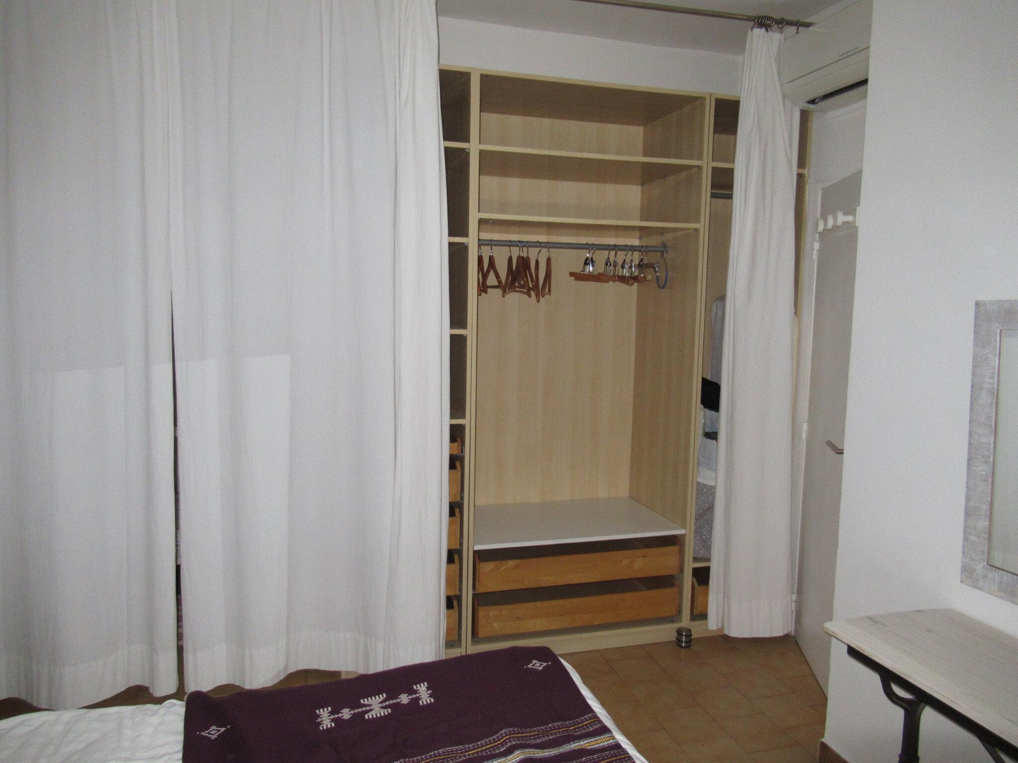 les rideaux ferment le grand dressing