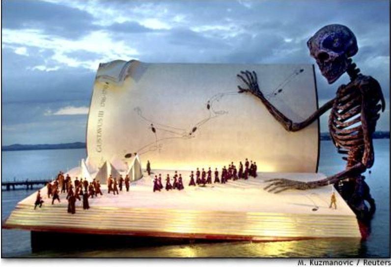 Cantores atuam num gigantesco palco no lago Contancia durante um ensaioda opera de giuseppe Verdi,