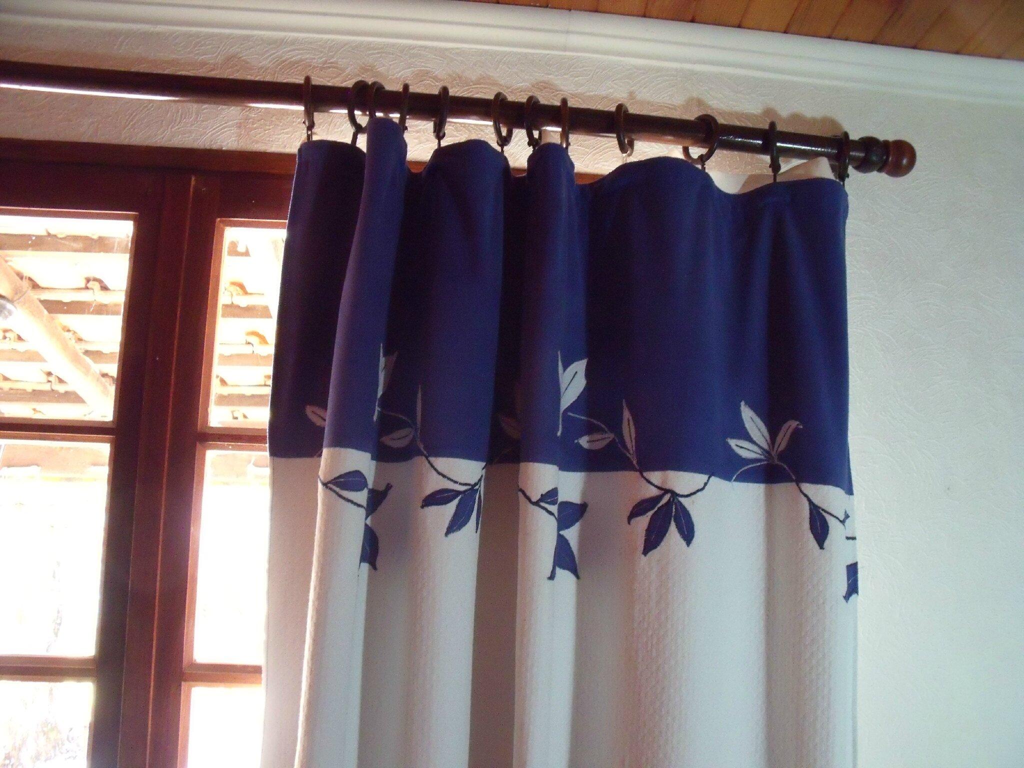 doubles rideaux et couvre lit en bleu
