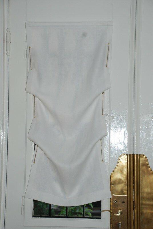 store en lin pose sur une porte d