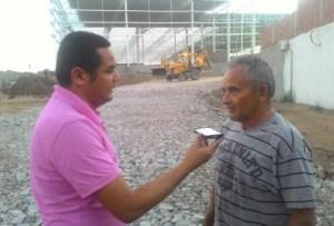 Repórter Carlos Alexandre entrevistando seu José Texieira Lima - proprietário de um dos terrenos.