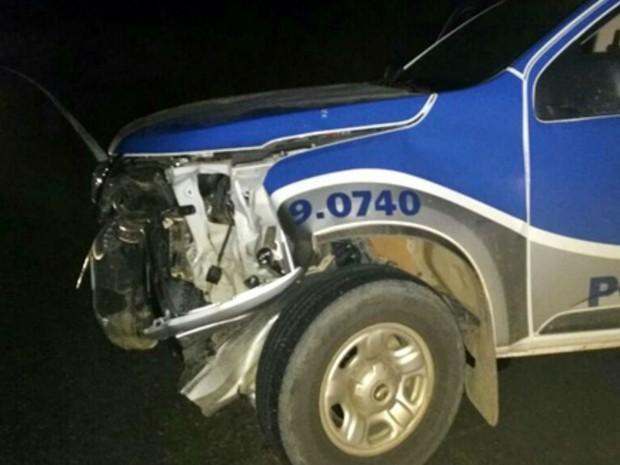 Bandidos lançaram carro contra viatura da PM (Foto: Site Giro de Notícias)