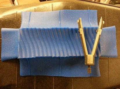 Overflødigt silikone klippes af og formes rettes ud.