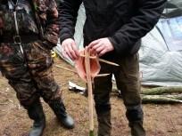 Friskfanget ørred sættes på pinde for at blive varmrøget