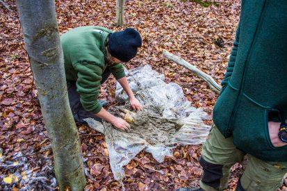 Her Breean der er igang med at pakke en fasan ind i ler. Leret er fundet tæt på stranden ved Stokkebjerg Skov. Det gav lidt kvaler idet at leret var meget vådt og lettere flydende.