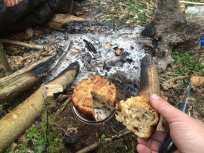 Rosinbrød bagt i pathfinder bush pot. Fungerede rigtig godt.