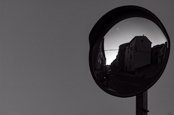 Pueblo Cantavieja reflejado en un espejo de tráfico