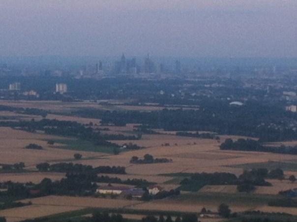 Skyline Frankfurt in ländlicher Umgebung