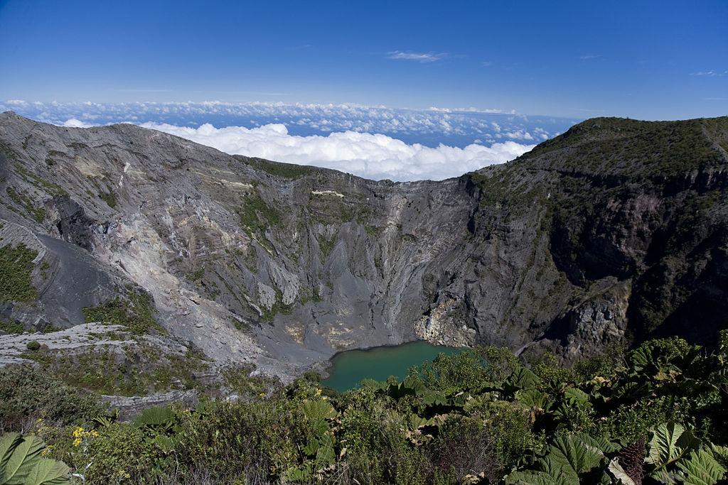 Volcan Irazú au Costa Rica avec son cratère rempli d'un lac couleur émeraude. Que voir au Costa Rica ?