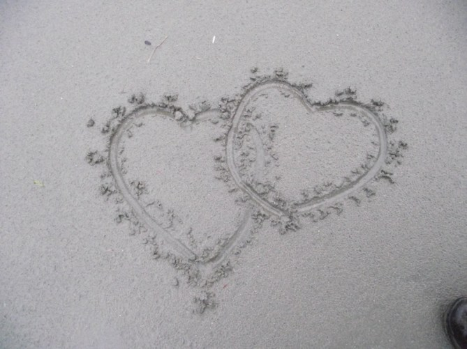 Hearts link in the sand drawing