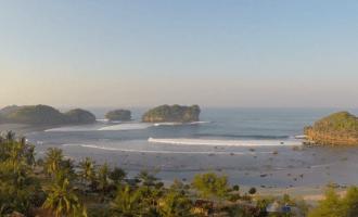 Permalink to Kala Bule Kangen Taklukkan Ombak Ganas di Pantai Watu Karung