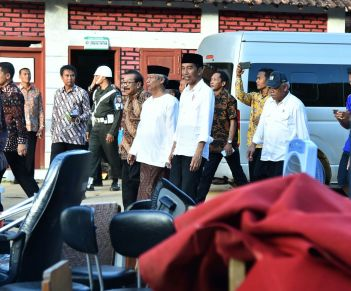 Jokowi mengunjungi fasilitas pendidikan yang terkena banjir.