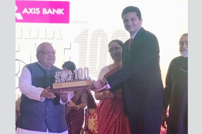 Gaurav Talwar receiving the Top SME award from Giriraj Singh, Hon'ble Minister of MSME, Govt. of India