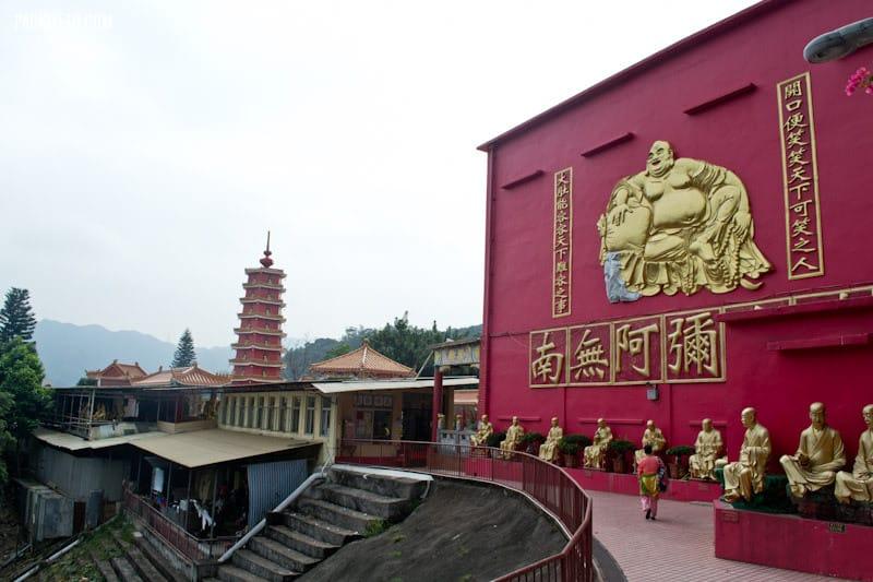 https://i2.wp.com/packmeto.com/wp-content/uploads/2015/01/Approaching-main-area-Ten-Thousand-Buddhas-Monastery-Hong-Kong.jpg