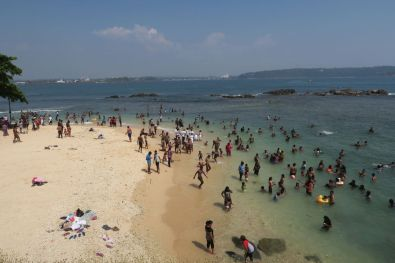 Crowded small beach in Galle Fort