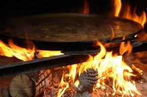 La auténtica paella valenciana está hecha a leña y con productos tradicionales de esta tierra