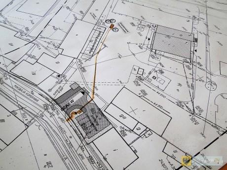 Plany rozbudowy FAMAD-u. Po lewej: nowy wjazd na teren fabryki. Po prawej oznaczona cyframi 1 i 2 nowa hala z zapleczem socjalnym