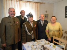Kpt. Jan Fifagrowicz, kawaler Orderu Virtuti Militari (w środku). Foto: UM Paczków