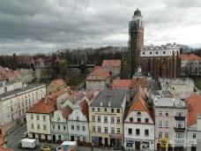 Kościół św. Jana Ewangelisty w Paczkowie i rynkowe kamieniczki. Listopad 2015