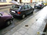12 czerwca | Spadający tynk uszkodził auto | Podczas solidnej ulewy spadający tynk z jednego z budynków w centrum uszkodził zaparkowany na ulicy samochód. – Może dla ewentualnych przechodzących ludzi było to szczęściem – bo auto się naprawi, a ludzkiego życia już nie. – mówił nasz rozmówca, do którego należy pechowy samochód. Trudno się z nim nie zgodzić. Patrząc na zdjęcia pokazujące z bliska stan fasady budynku można uznać, że to cud, że w tym miejscu nie doszło jeszcze do nieszczęścia. Niestety od czerwca niewiele się zmieniło… | http://paczkow24.pl/spadajacy-tynk-uszkodzil-auto/