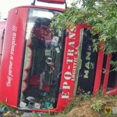 15 lipca | Ciężarówka wywróciła się na obwodnicy | Kierowca ciężarówki jadącej w kierunku Złotego Stoku prawdopodobnie stracił panowanie nad kierownicą i wypadł z jezdni doprowadzając do przewrócenia pojazdu. Żaden z dwóch mężczyzn jadących manem nie odniósł obrażeń. | http://paczkow24.pl/ciezarowka-wywrocila-sie-na-obwodnicy/