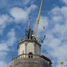 5 listopada | Ratusz odzyskał iglicę | Wieża paczkowskiego ratusza ponownie zwieńczona jest iglicą. Zerwany podczas wichury z lipca 2013 r. element został zrekonstruowany i zamontowany przy pomocy potężnego dźwigu. | Foto: Adrian Łuszczyński | http://paczkow24.pl/ratusz-odzyskal-iglice/