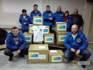 Foto: członkowie opolskiego klubu morsów z przygotowaną przez siebie paczką.