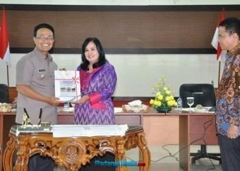 Indra Catri menerima LKPD dengan opini WTP dari Kepala BPK Perwakilan Sumbar. (ist)