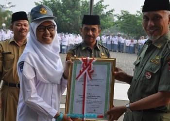 Penyerahan piagam dan penghargaan secara simbolis dari Walikota Padang atas prestasi yang diraih siswa SMAN 1 Padang. (ist)