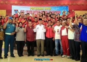 Walikota Padang bersama pejabat terkait dan para atlet usai menerima bonus. (ist)