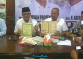 Nasrul Abit bersama tim relawan dan kuasa hukumnya menerangkan terkait tuduhan ijazah palsu. (feb)