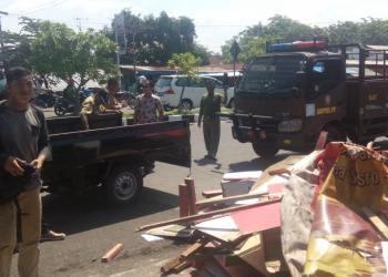 Pedagang di batu grib Pantai Padang membongkar sendiri rumah makannya. (baim)