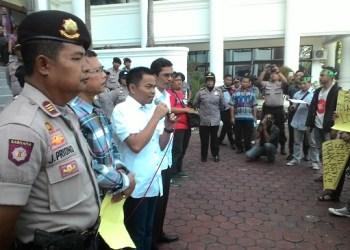 Aksi unjuk rasa menolak revisi UU KPK oleh Koalisi Masyarakat Sipil Sumatera Barat, Kamis (18/2)