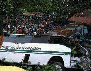 Kondisi Bus Kampus Unand yang terguling di depan gerbang kampus, Jumat (12/2). (isril)
