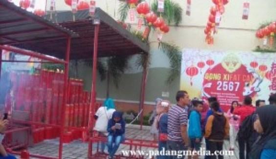 Suasana perayaan Imlek di Kelenteng See Hin Kiong, Pondok, Kota Padang. Tak hanya warga keturugan Tiongkok, masyarakat etnis lain pun banyak memadati kawasan itu sekadar untuk menikmati suasana Imlek. (baim)