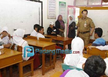 Wako Hendri Arnis berdialog akrab dengan siswaberkebutuhan khusus di PLB Asih Putra Padangpanjang.(Isril)
